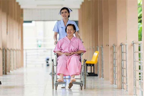 Điều dưỡng chăm sóc bệnh nhan theo giờ