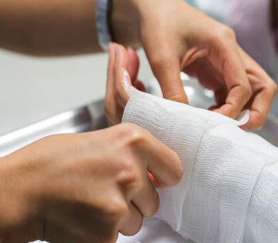 Thay băng, cắt chỉ, rửa vết thương tại nhà